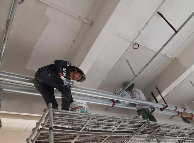幼儿园装修公司工人们正在如火如荼按计划忙碌着